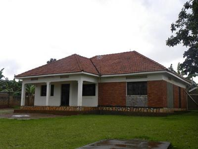 House for sale in kiwatule ntinda for Cost of building a 3 bedroom house in uganda